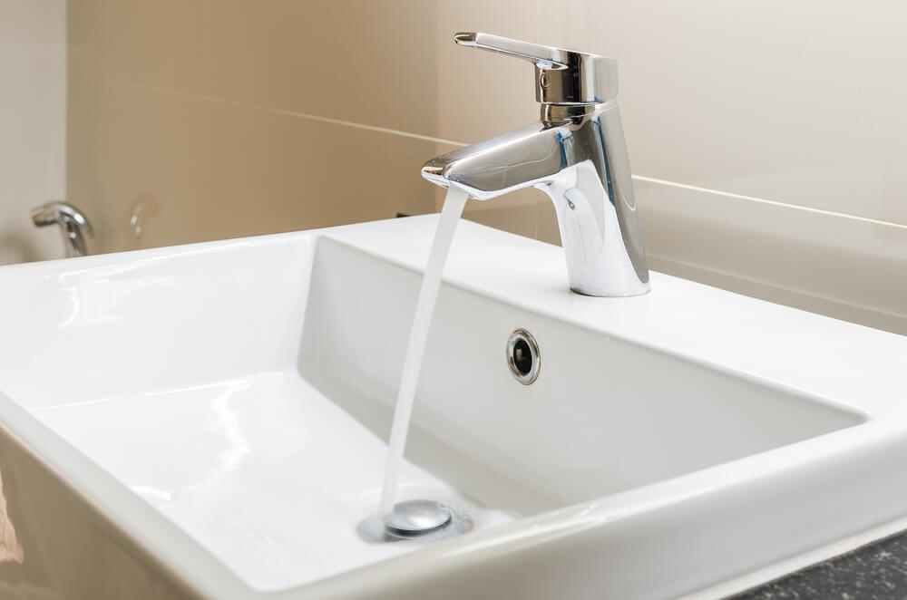 mis en place-d'un robinet lavabo